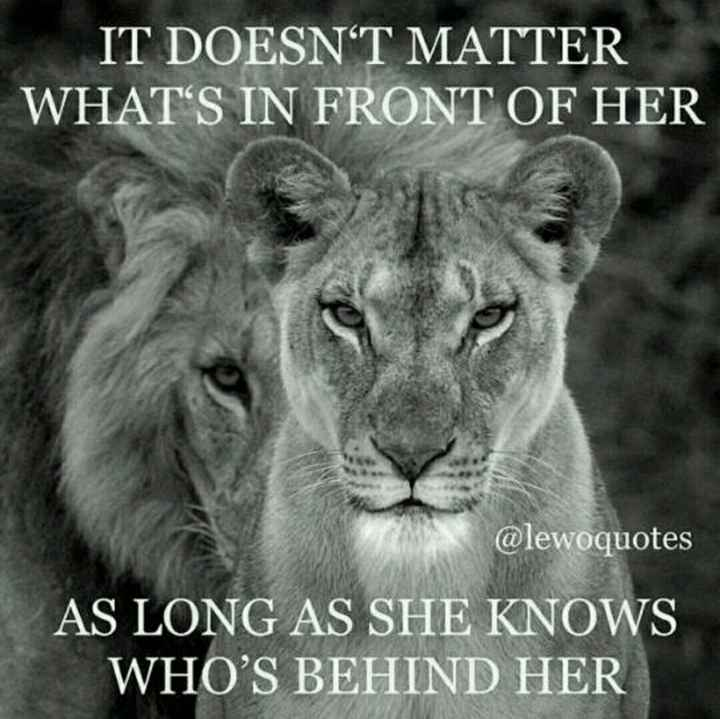 love feelingss. - IT DOESN ' T MATTER WHAT ' S IN FRONT OF HER @ lewoquotes AS LONG AS SHE KNOWS WHO ' S BEHIND HER - ShareChat